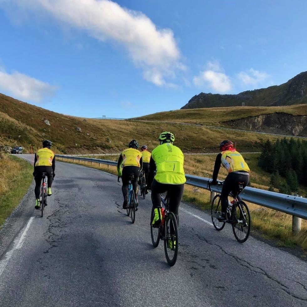 KLATRING: Lofoten er kjent for fjellklatring, men også på sykkel kan man klatre. Dette er Einangen. Foto: Jonas Orset