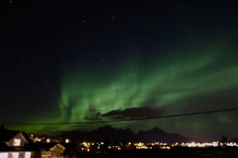 NORDLYS: På kvelden fikk jeg oppleve nordlyset over Leknes. Foto: Johnny Strømnes.