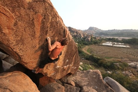 Eivind Wang på Surfers travers (7C/7C+) i Hampi, India. Foto: Dag Hagen