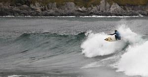 Larviksgutten Jonas Paulsen hadde tøffe veivalg i Hoddevikas bølger. Foto: Christian Nerdrum