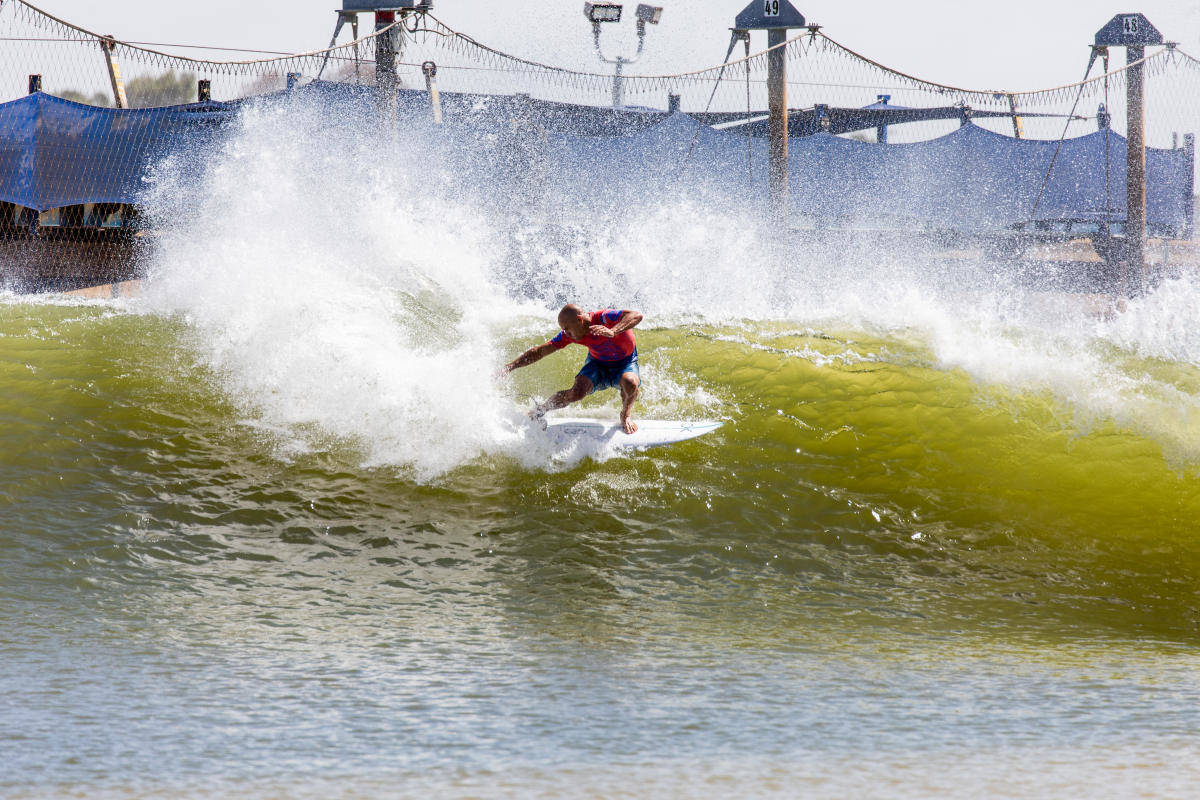 SURFER SIN EGEN SJØ: Slater har de siste årene lagt ned mye tid i Surf Ranchen sin i Leemore. En kunstig bølge som årlig er en av stoppene på World Tour-en. Bilde: Cait Miers/WSL via Getty Images