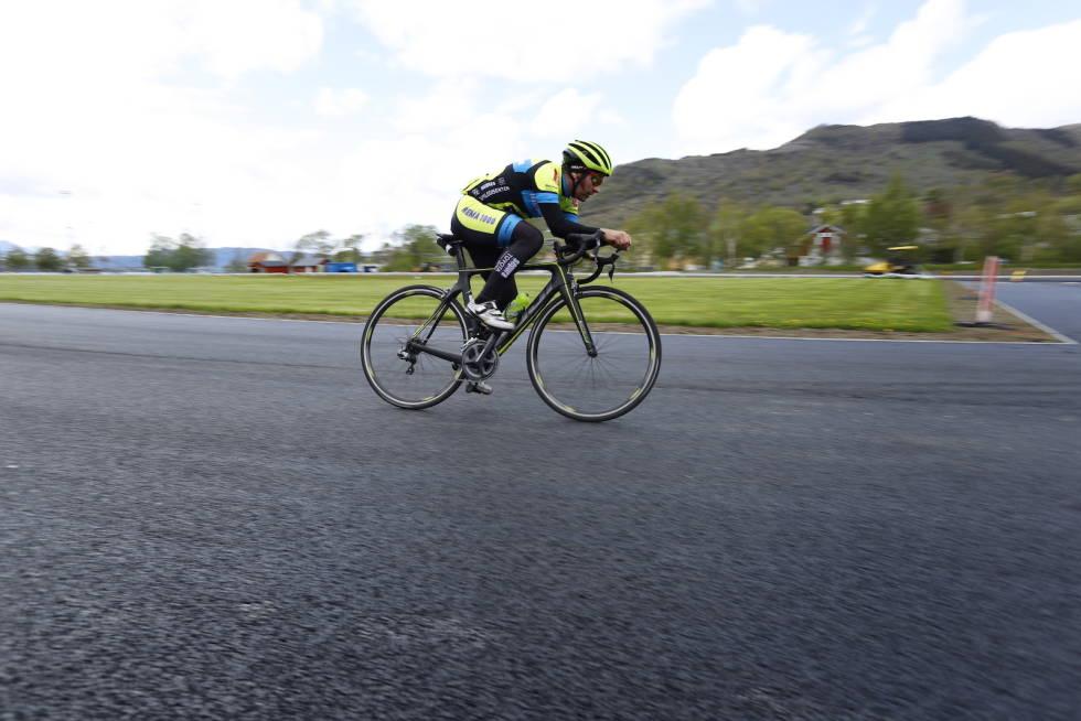 Kjetil Mehl sykler på friidrettsbanen i Rosendal