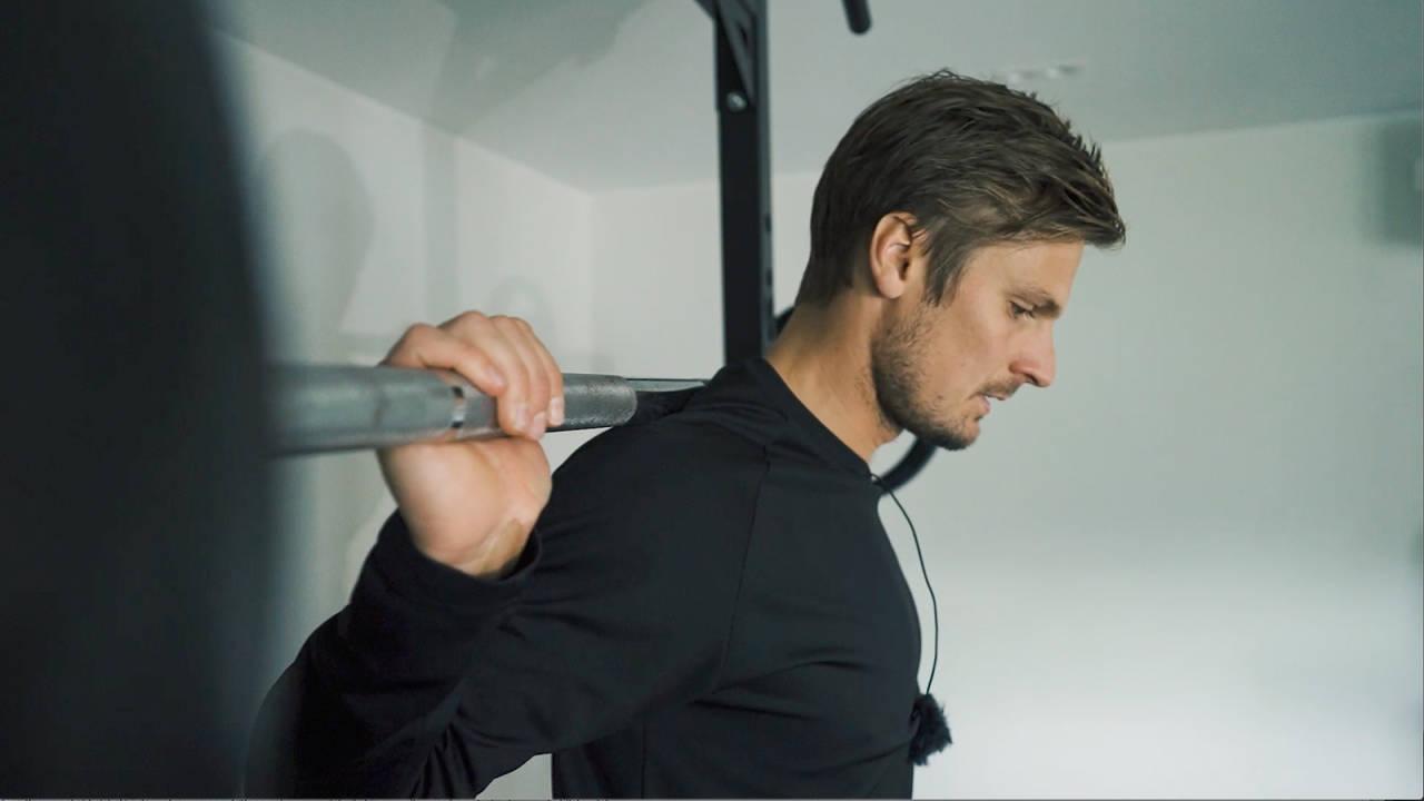PLASSERE STANGEN: Ikke for høyt og ikke for lavt. Stangen skal ligge godt på skuldrene.