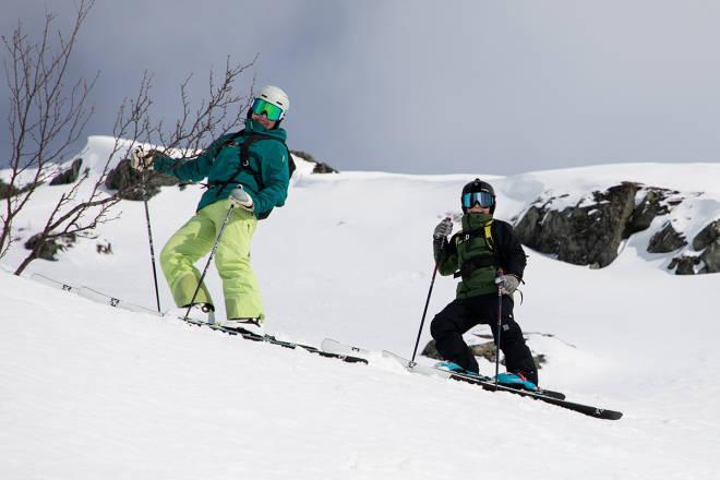 FAMILIETUR: Jeg står på for å holde sosialiseringa på et minimum, men disse to bor jeg sammen med, så da kan vi trygt dra på skitur sammen, selv om det er koronastress. Foto: Tore Meirik