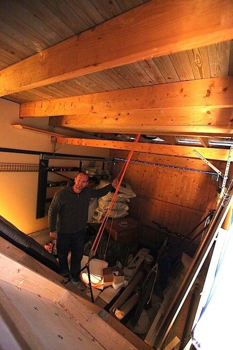 Baksiden av medaljen. – Det er ikke rydda enda, sier KP. Uansett kan vi se taljesystemet som kan heise veggen. Foto: Dag Hagen