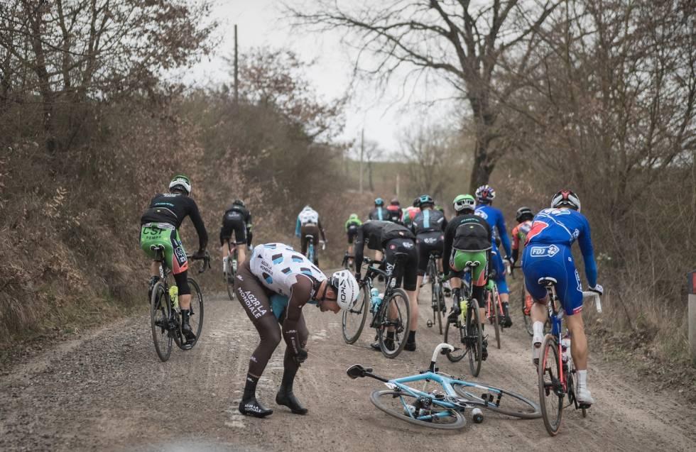 KLAR EN KLASSIKER. Det kan gjøre ganske vondt å sykle Strade Bianche, slik Gediminas Bagdonas demonstrerer her. Foto: Kristof Ramon