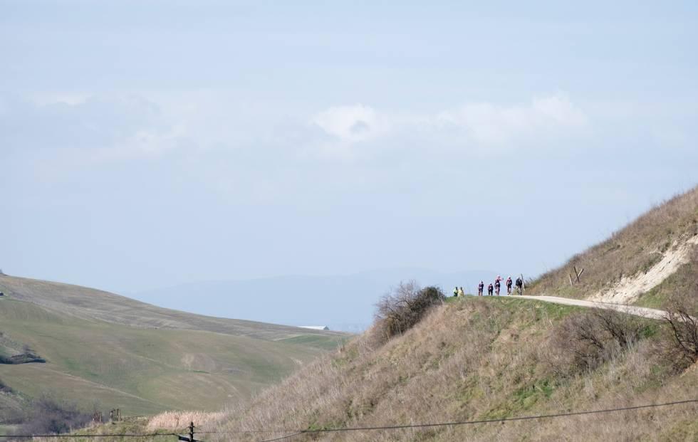 MONTE SANTE MARIE: Trek-Segafredo rekognoserer 11,5 km strada sterrata-bonanza. Foto: Kristof Ramon
