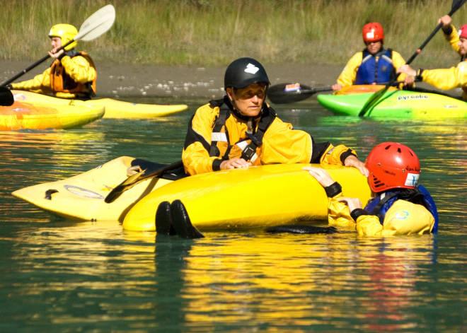 PEDAGOG: Anett Sjursheim (med svart hjelm) i aksjon på ett av hennes mange elvepadlekurs. Foto: Privat