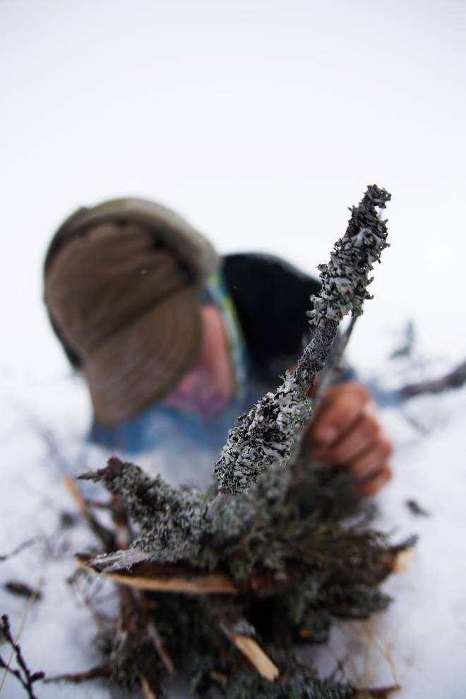 Basiskunnskap: Stian øver på å fyre bål uten opptenning med kalde fingre.
