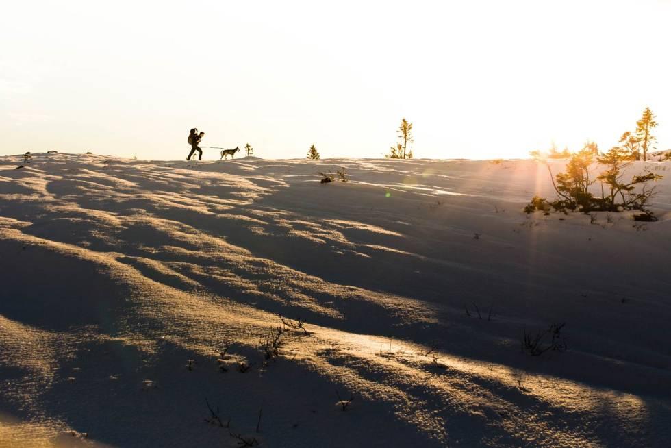 FORSVINNER SNART:  Sola på vei ned mens vi leter etter en fin leirplass for kvelden.