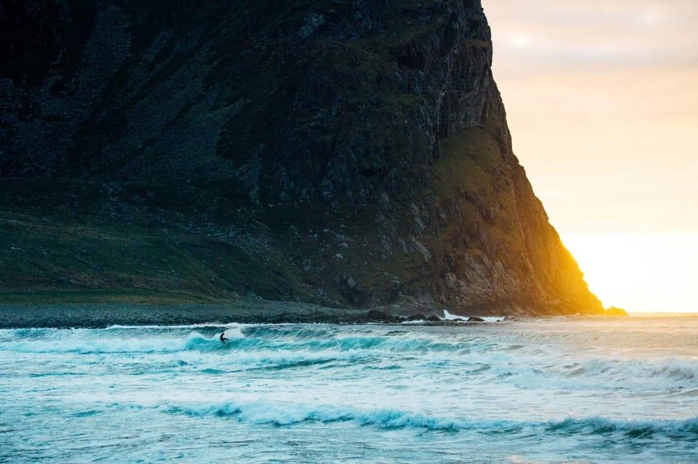 Lofoten er som en våt drøm for en surfefotograf. Høye fjell og vakker natur er med på å skape en  uslåelig stemning i bildene.