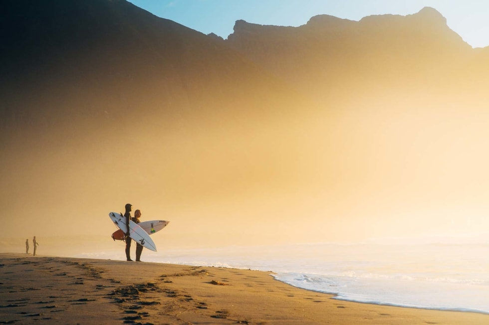 Unstad tiltrekker både amatører og profesjonelle surfere fra nær og fjern. Her står Kristine Tofte og Sturla Fagerberg og vurderer kveldens forhold.