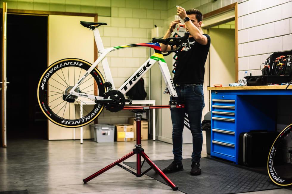 BYGGET I BELGIA: Etter lakkering ble sykkelen sendt til Belgia, så bygget av lagets mekanikere. Foto: Trek.