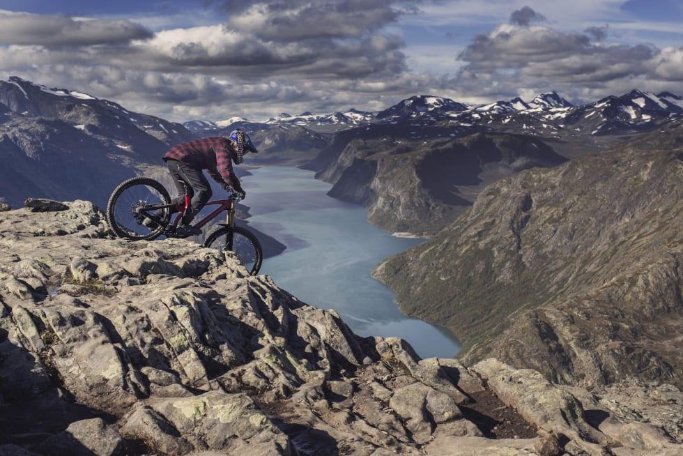 Makken syklet Besseggen rett ned. Nå får han en egen sykkelspark oppkalt etter deg i hjembygda Vang i Valdres. Foto: Red Bull