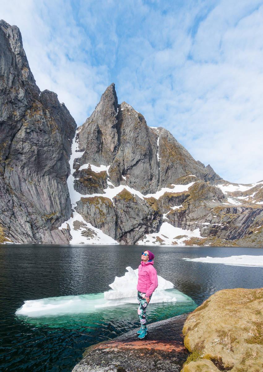 MUNKAN Fra fjellene Munkan raser det snø ut på Austerdalsvatnet som blir til små isberg. Foto Jon Olav Larsen