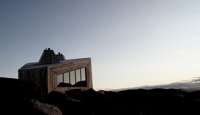 RABOTHYTTA: Hytta har utsikt til Okstindbreen og til Nord-Norges høyeste fjell, Oksskolten. Foto: Håvard Nystad