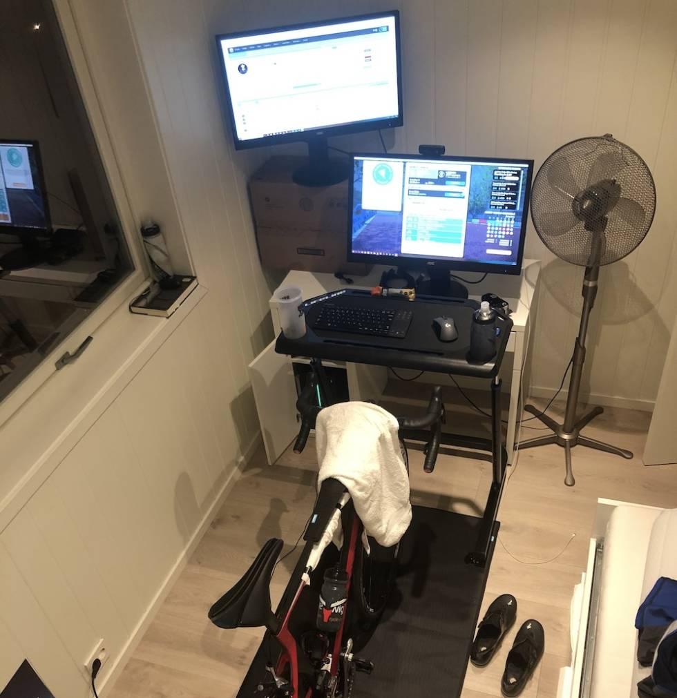 EFFEKTIVT: Per-Johnny Døving har satt opp rullerommet med to skjermer og gode vifter, og sykler Zwift på sin Wahoo Kickr.