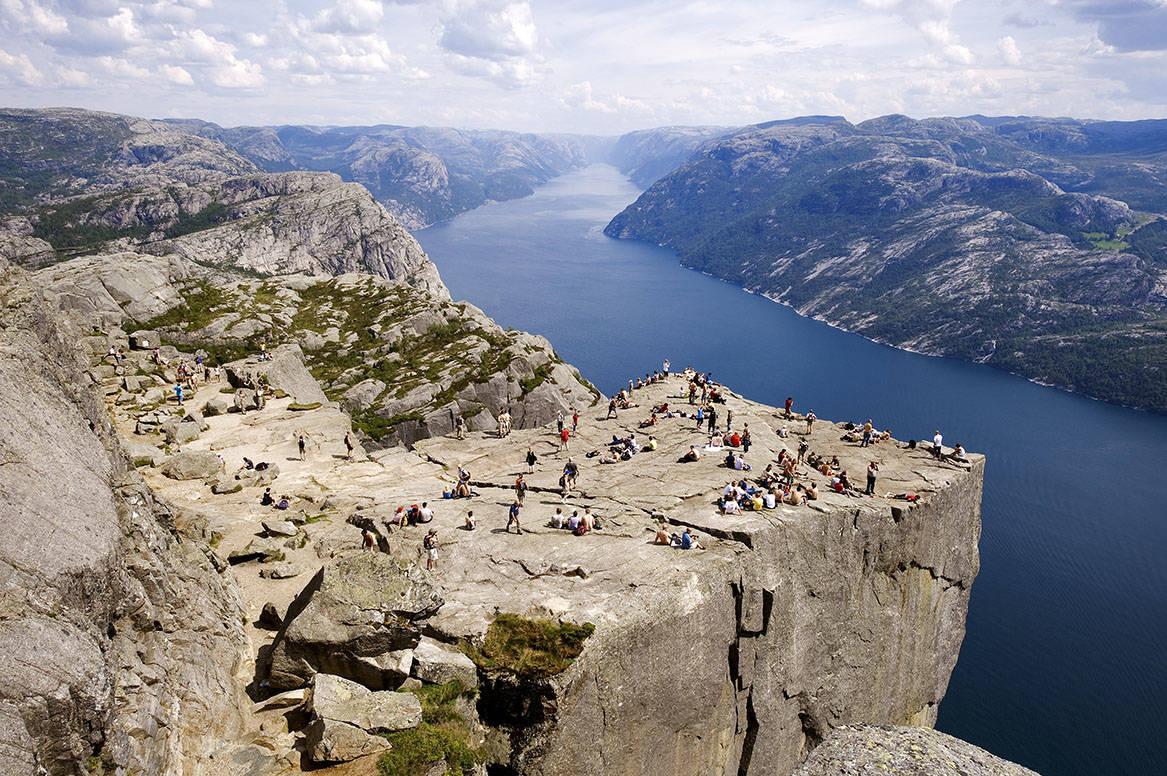 FJELLVAKT: Det strider mot norsk friluftslivstradisjon, men fjellvakter er det eneste som funker for å hindre at masseturisme til fjells fører til masse redningsaksjoner. Foto: Foto: Hemis/Scanpix