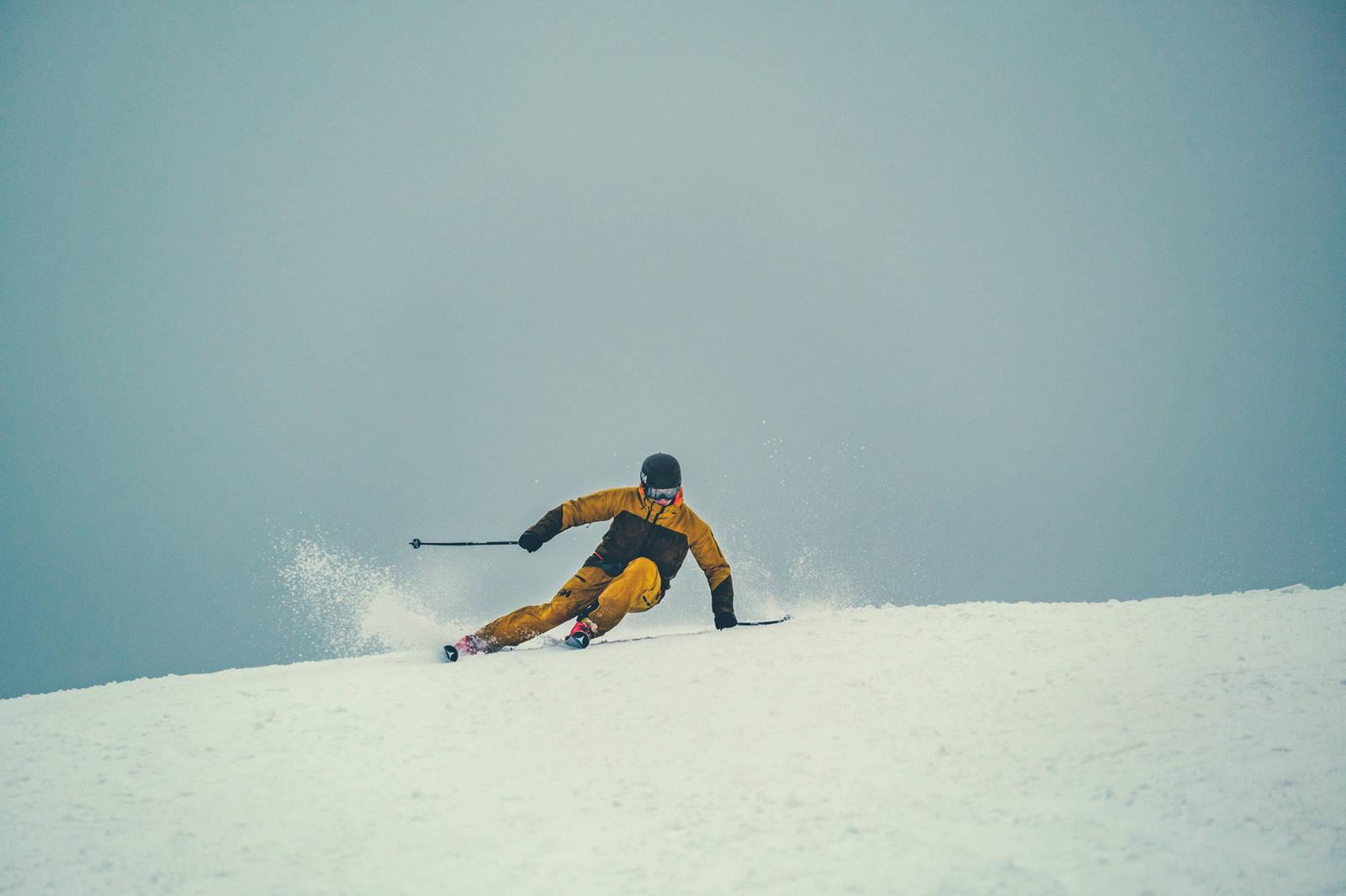 – Jeg ser at du kjører med bena i A-frame. Det er en balansegreie. Du er litt usikker i det du går på, og legger skiene på kant for å få støtte fra snøen.