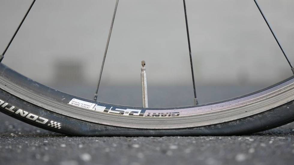 punktert dekk landevei