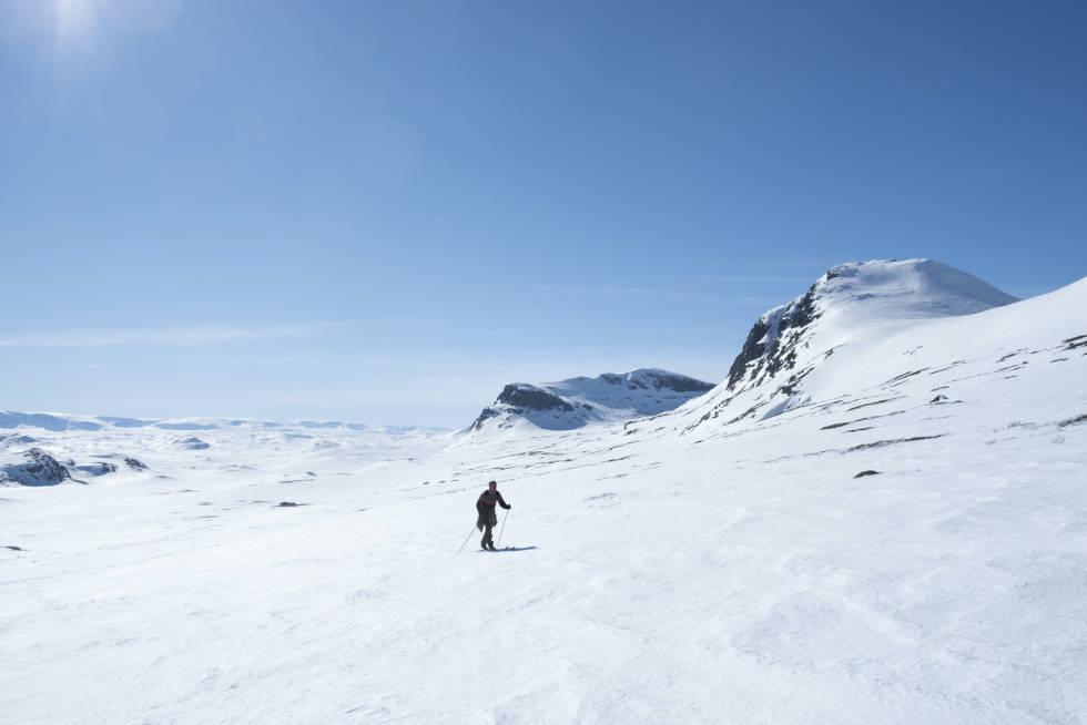 MASSE SNØ: Sjølv om toppane startar å bli bare, ligg det fortsatt rekordmykje snø i fjellet. Her frå nedkøyringa mot Breadalen i Ål. Foto: Signe Fuglesteg Luksengard