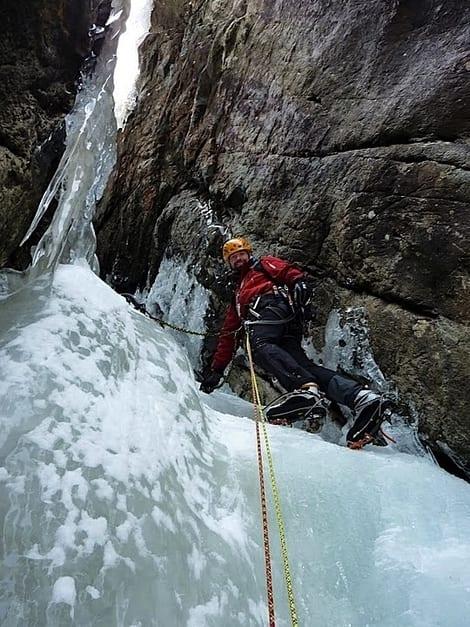 Dag Hagen leder tredje lengde på Rjukanfossen. Foto: Erik Neergaard