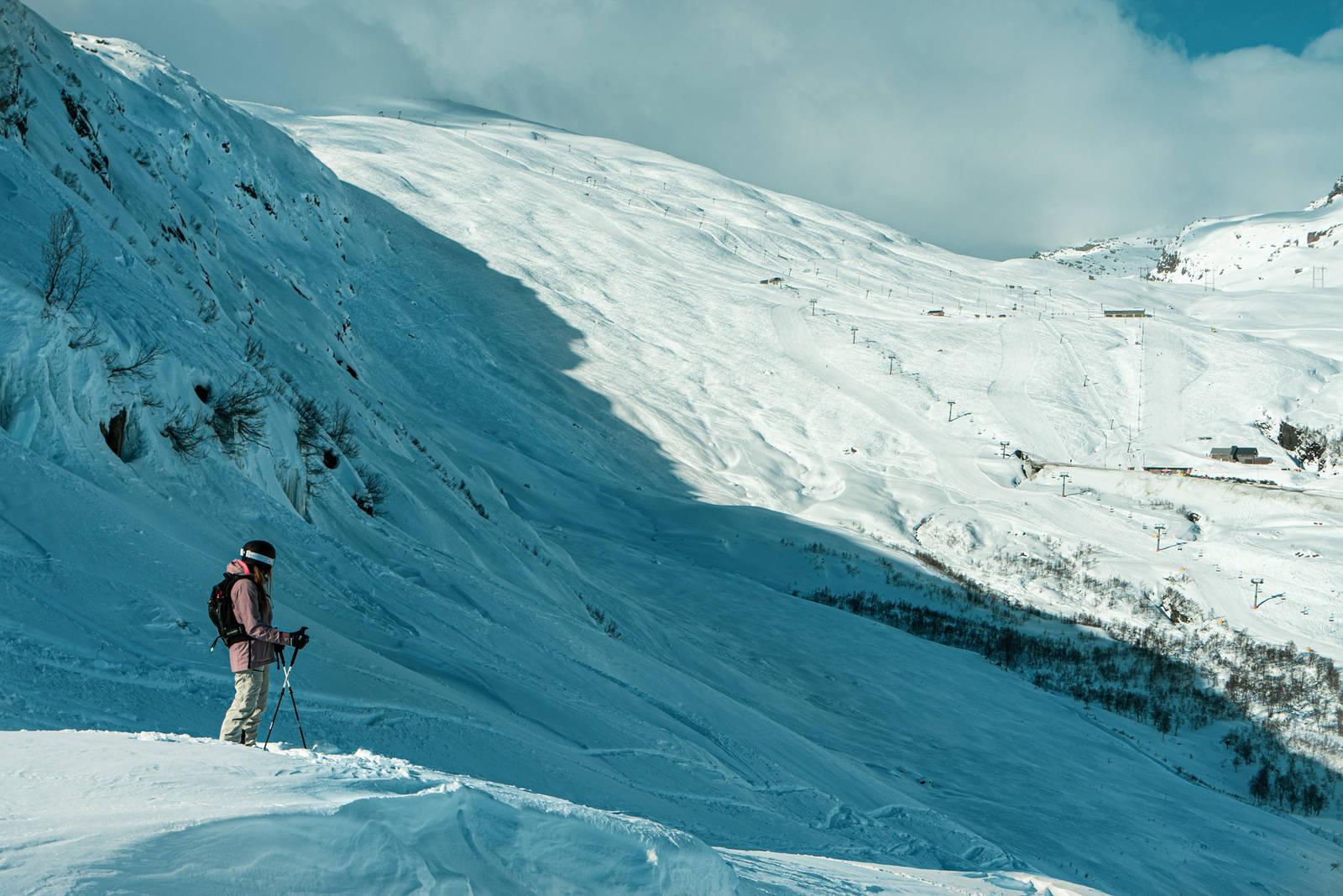Det lokale frikjøringstalentet Kamilla Bratteteig er fra Røldal kjenner disse fjellene bedre enn de fleste. Bilde: Christian Nerdrum
