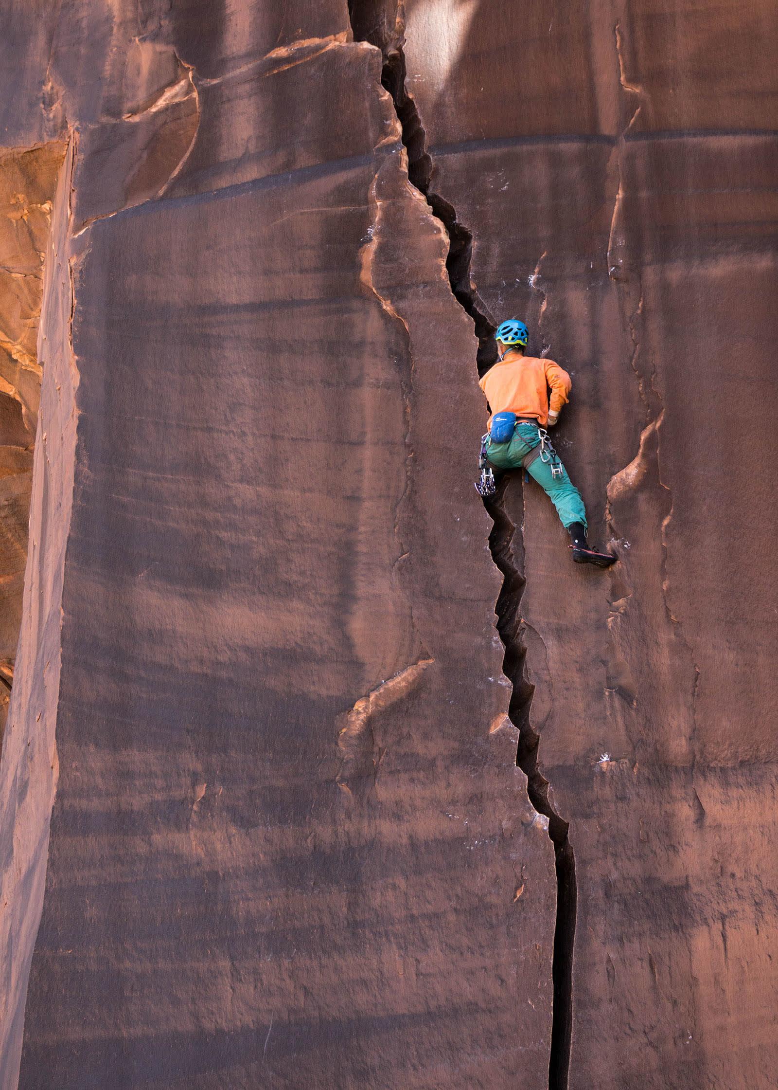 FEIL STØRRELSE: Sebastian på offwithklassikeren Serrator (5.11a/b). En stil man kan elske eller hate, og noen faller helt for denne typen klatring. I så tilfelle er det mye og ta av i Indian Creek. Foto: Kristian Sletten Hanisch