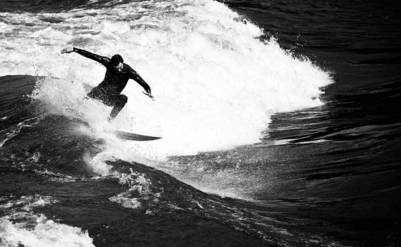 En god surfer vil ikke være enig i deg at surfing ikke er god trening for bena. Bilde: Christian Nerdrum