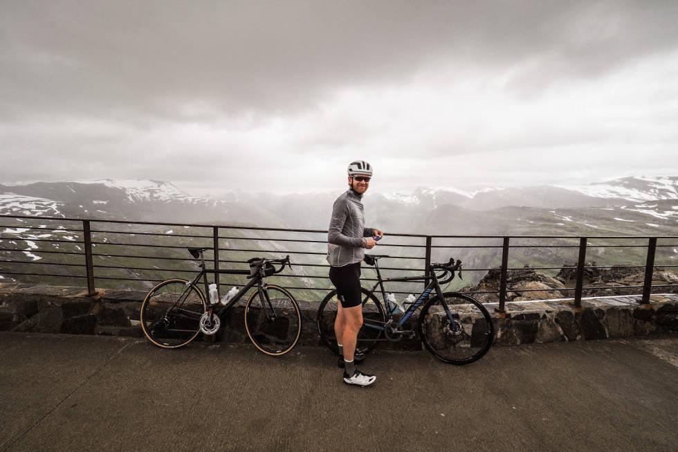 TOPPEN: Utsikten fra den 1476 meter høye Dalsnibba er selvsagt formidabel, og minst like spektakulær når det blåser skikkelig på toppen.