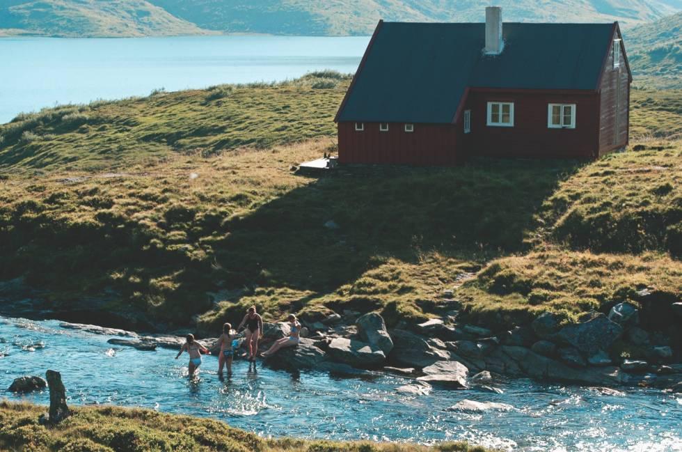 FRISK DUKKERT: Ved Åsedalen turisthytte bader noen jenter i elven. I bakgrunnen ser vi Hallsetvannet. Foto: Sveinung Klyve