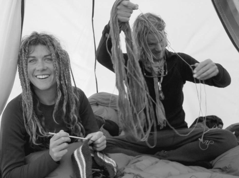 I 27 dager ventet klatrerne i baseleiren på at været skulle bli bedre. For å få tiden til å gå strikket Cecilie Skog en lue til mannen sin. Hun og Rolf Bae (til høyre) hadde vært gift i bare ett år. Foto: Lars Flatø Nessa