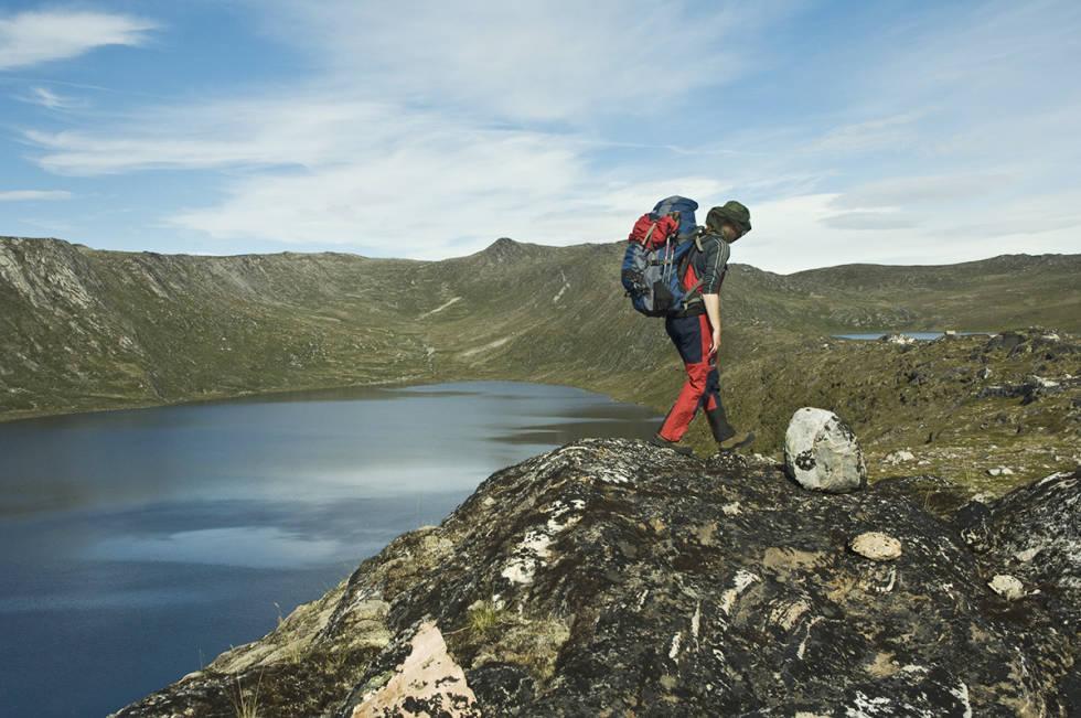 Bærer sekk i fjellet