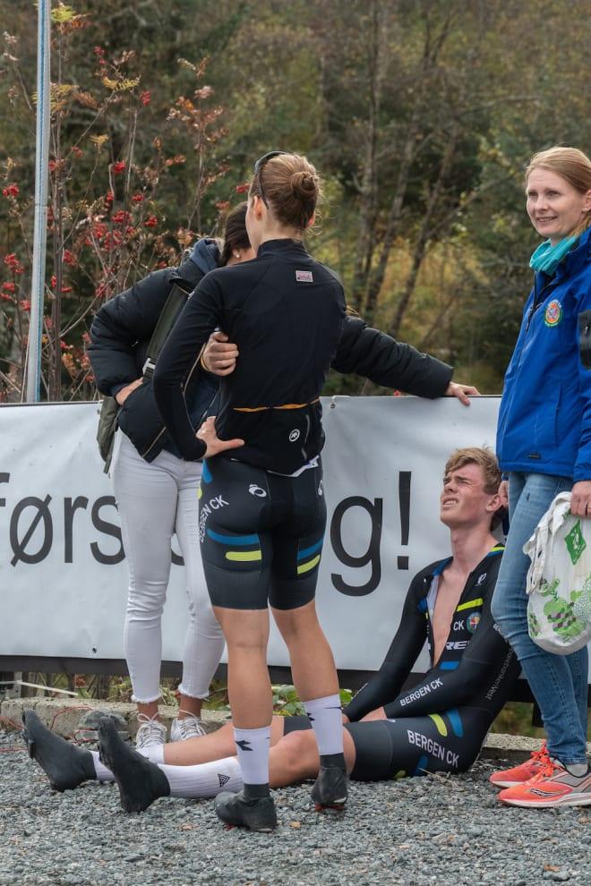 FANAHYTTEN OPP: Etter målgang deles smerten. Foto: Cecilie Christensen