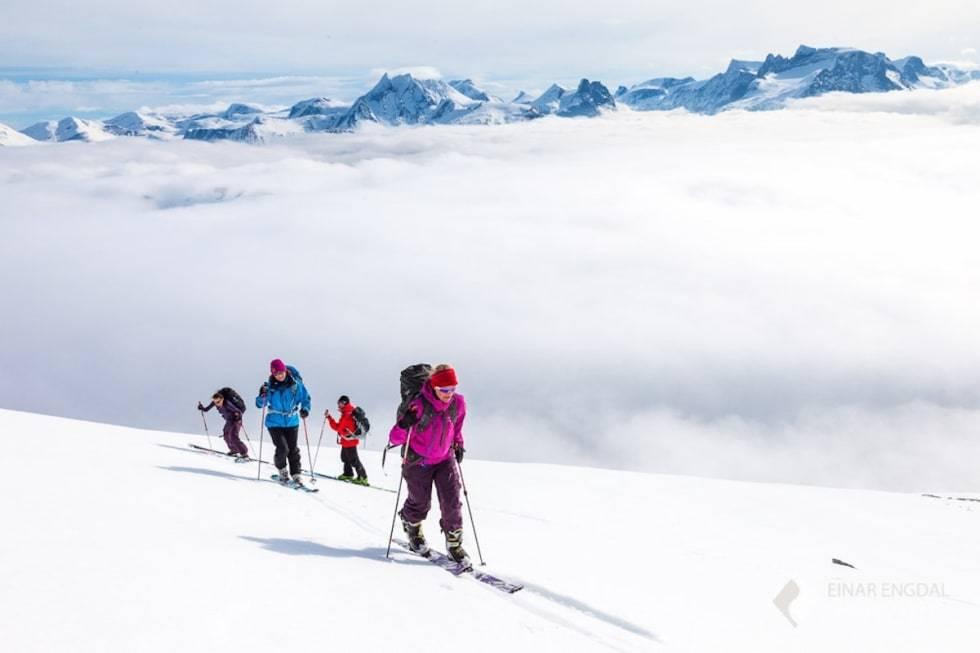 SMØRBOTTFJELLET: Mellom de bratte toppene i Romsdalen finnes det også enklere skifjell med nedkjøringer i toppklasse. Foto: Einar Engdal