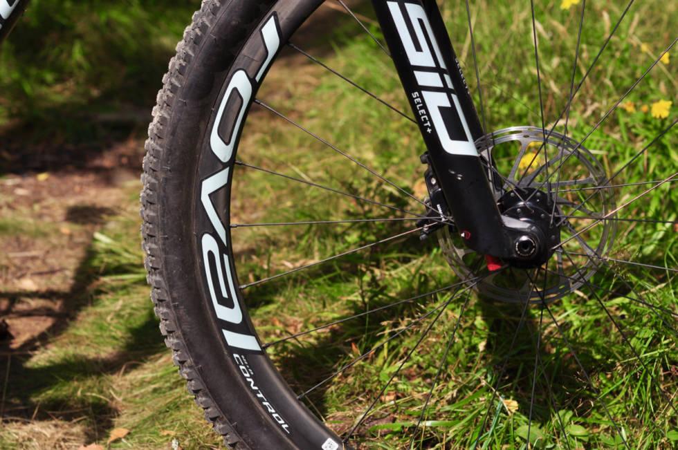 KRAFTIGE HJUL: Roval-hjulene har kraftig karbonprofil. Bremsekalipere med 4 stempler er en genistrek Specialized er alene om i denne testen.