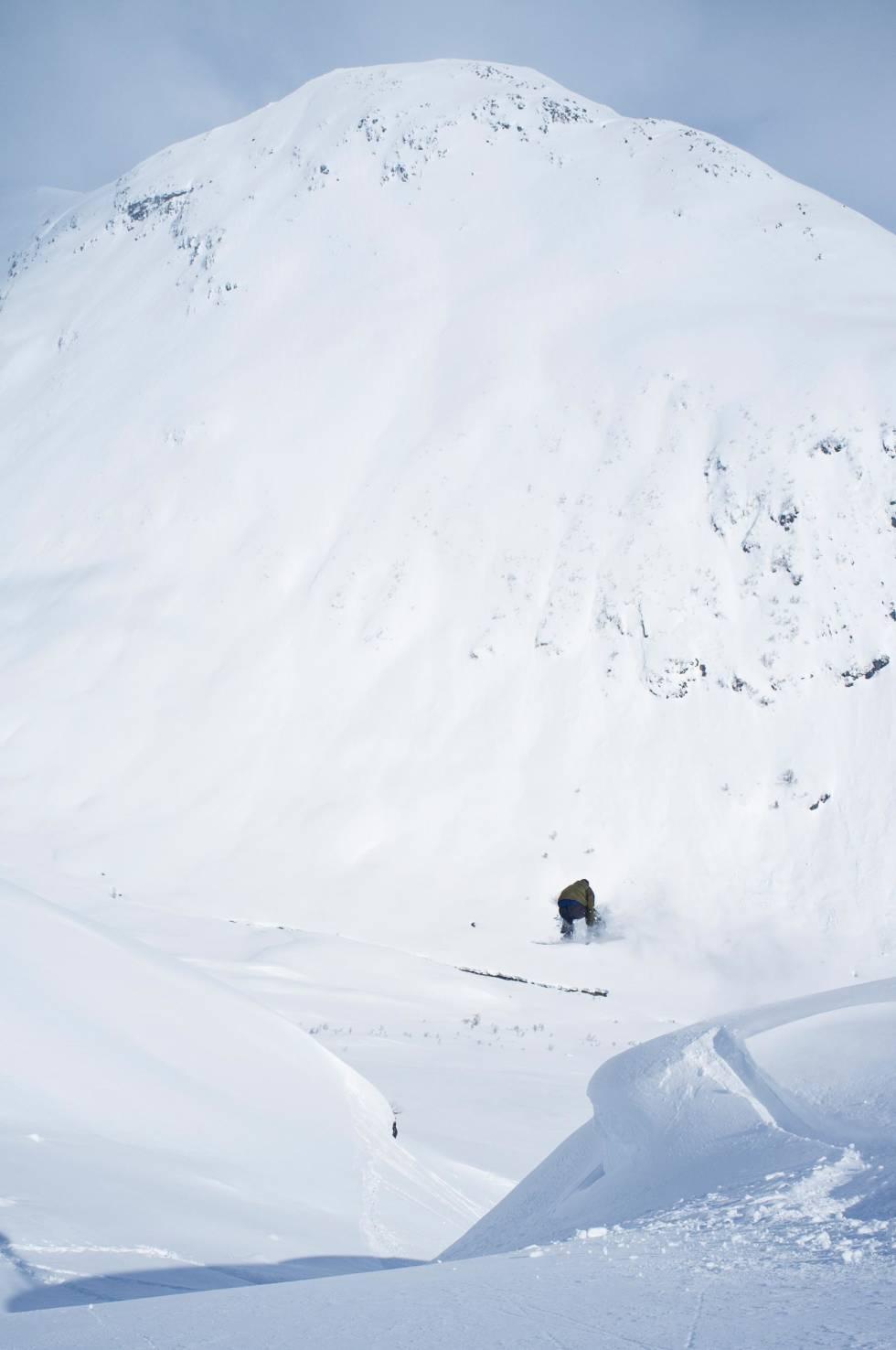 STALE: Knut Christoffersen med en stalefish mot de mektige Myrkdalen-fjellene.