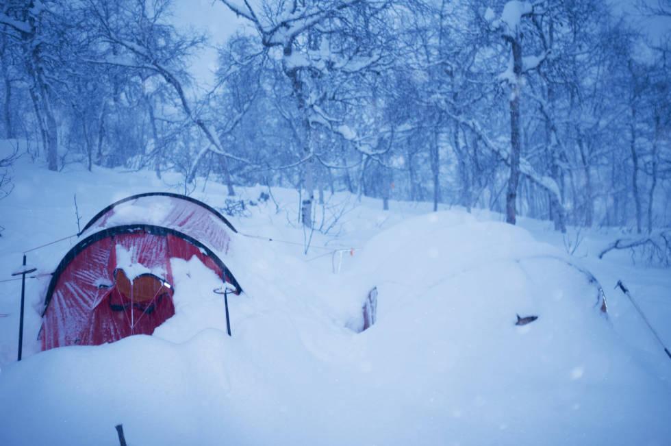 DUMP: Det dumpet snø i Myrkdalen, og det ene teltet ble nesten begravd i snøen.