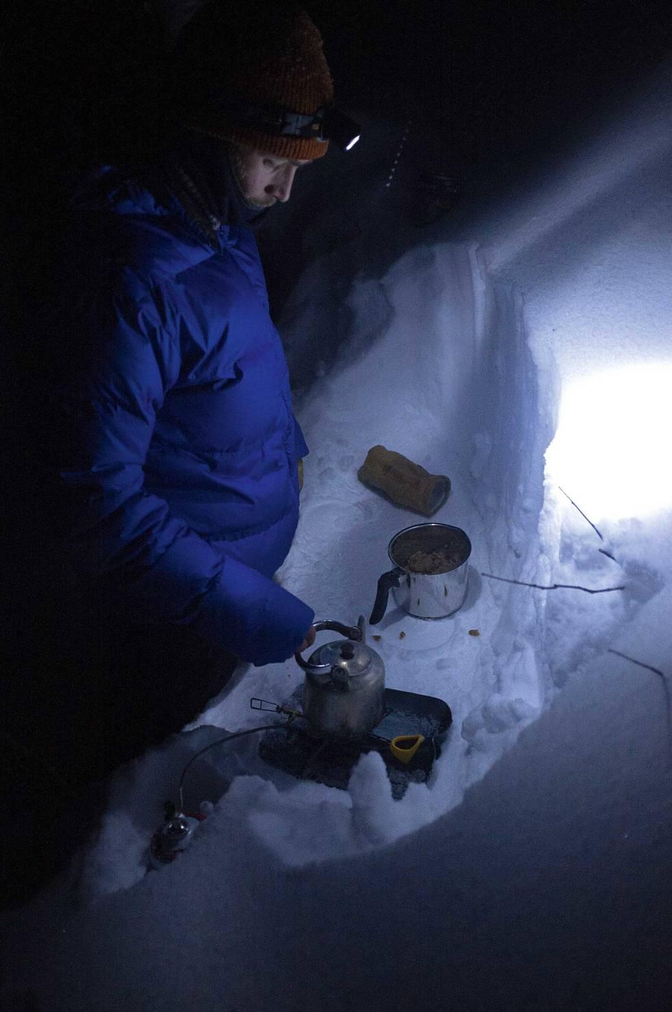 MAT: Det lages mat i mørket i Myrkdalen.