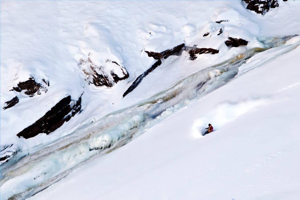 FOSS: Fredrik Evensen cruiser løssnø rett ved en foss i Myrkdalen.