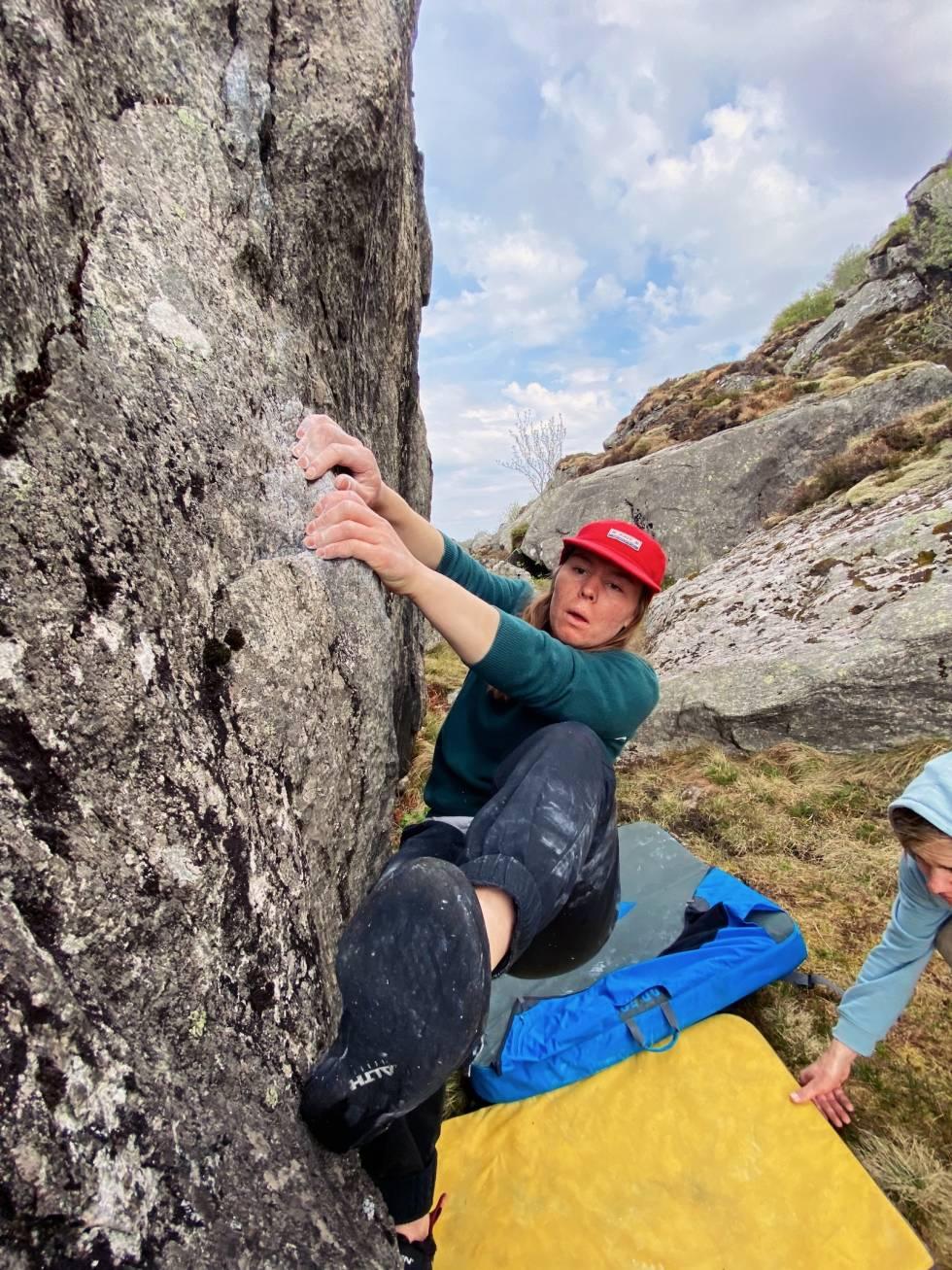 SPOTTER. Det er viktig og trygt å ha noen bak deg når du klyver opp steinene. Foto. Tove Petterson