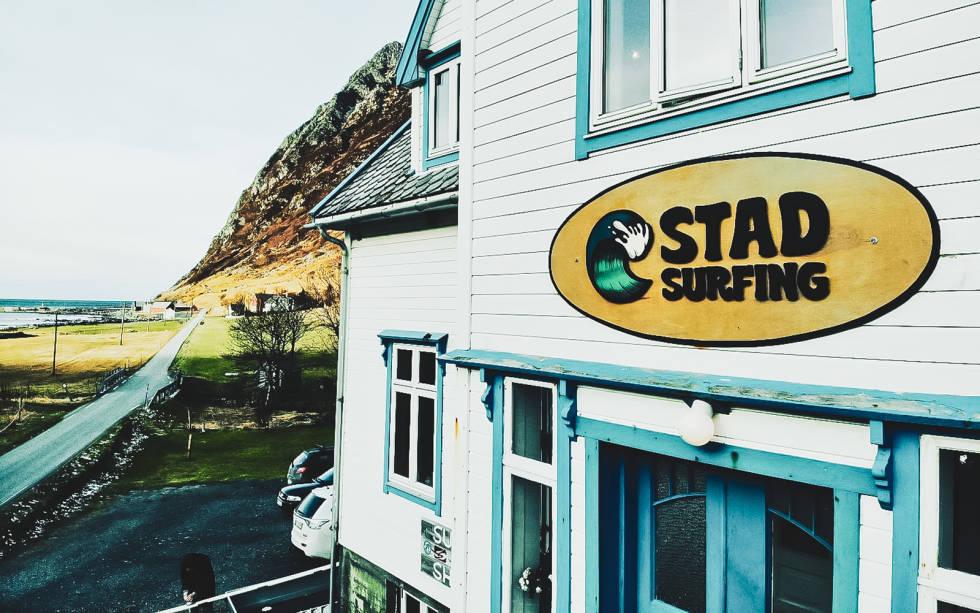 Huset til Stad surfing ligger fantastisk til, så nærme du kan komme uten at høyvannet kommer og tar deg en dag med springflo. Bilde: Stad surfing