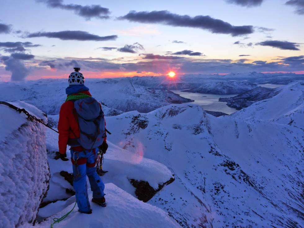 UTSIKT: Solnedgang mot vest fra toppen av Stetind. Foto: Kristian Vindvik