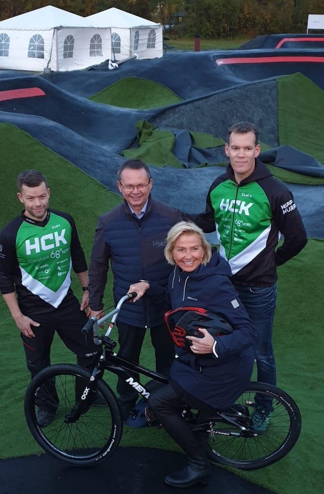 I september var idrettspresident Berit Kjøll og Knut Bjørklund fra Troms idrettskrets (midten) på befaring i Harstad Sykkelpark. Foto: Harstad CK