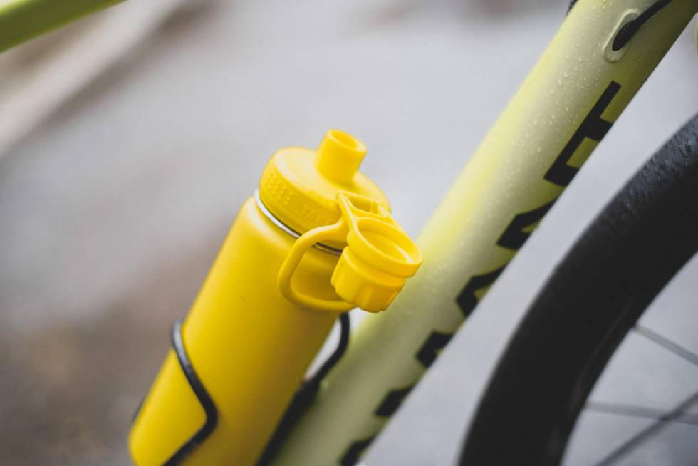 Takeya isolert flaske i flaskeholder på sykkel