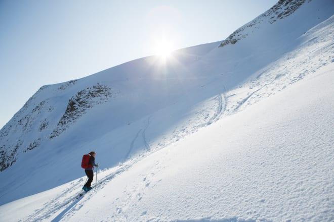 REAL: Temmelig vinterlig i toppartiet, og i området rett under sola var det knapt spor, selv om det var mye folk på skitur. Foto: Tore Meirik