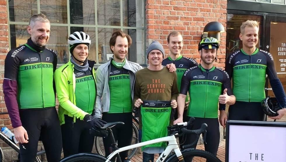 GREEN TEAM: Simon Gerrans og Service Course Oslo ønsket Green Cycling Norway lykke til. F.v. Christian, Jonas, Thomas, Simon, Erno, Aaron og Ketil. Foto: Joakim Birkeland.