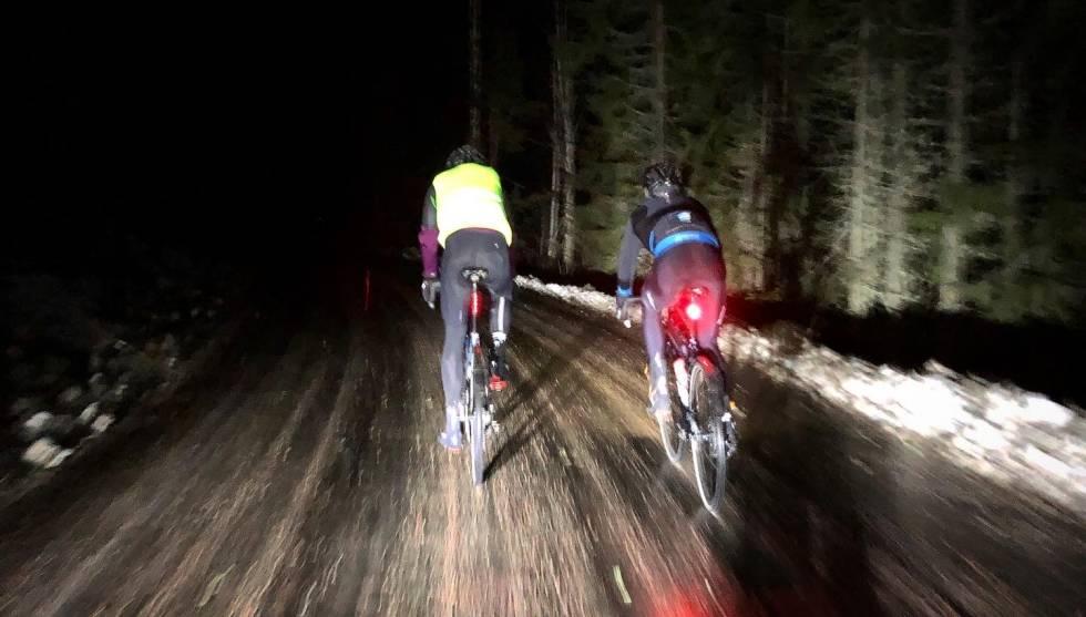 LYS I MØRKET: Vi sykler for en god sak, selv om det noen ganger kan virke mørkt. Foto: Jonas Orset