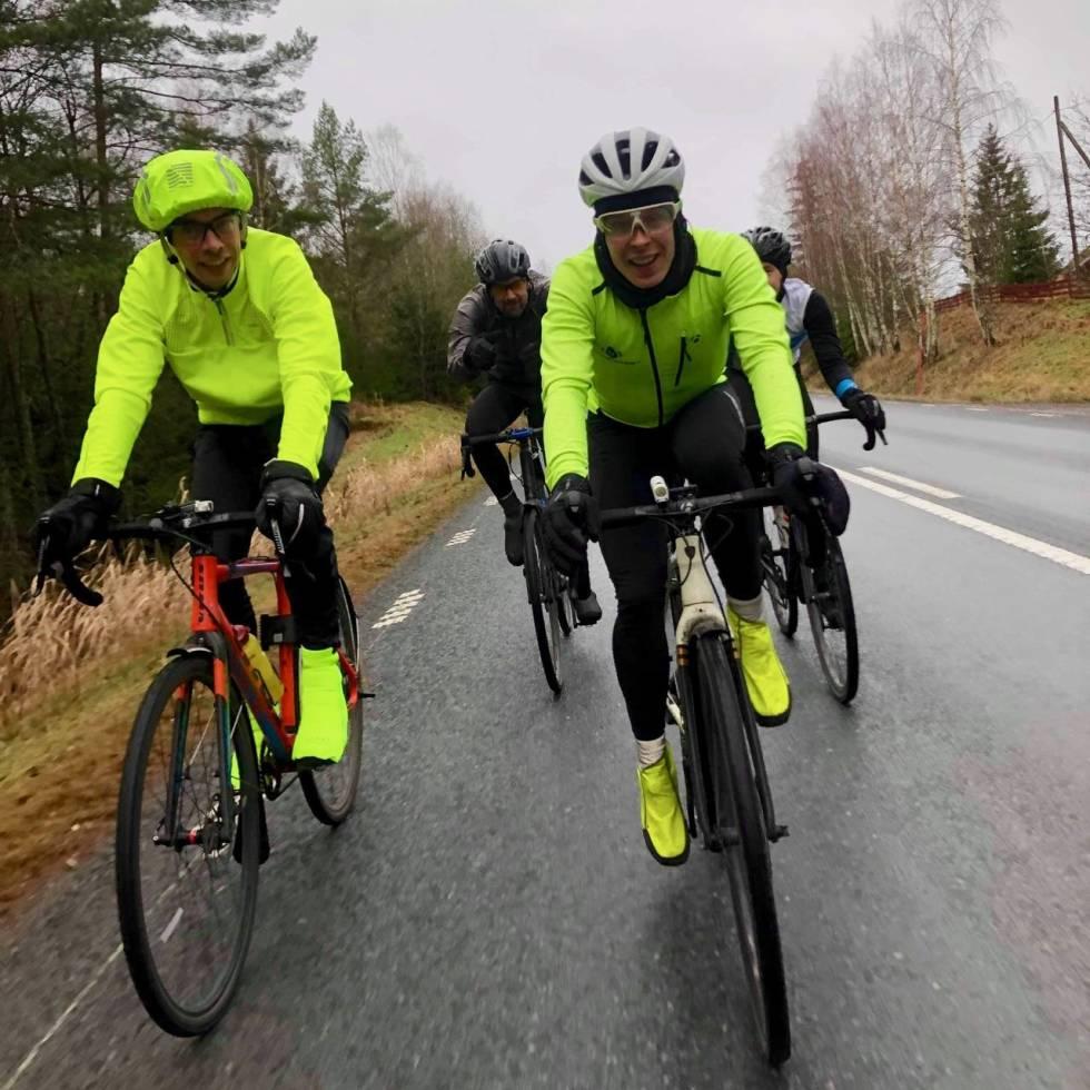 SELSKAP: Vi har stort sett vært i vårt eget selskap, men her møtte vi på en svensk-fransk medsyklist ved Eskilstuna. F.v. Patrick, Jonas.Foto: Ketil W.Aanesen.