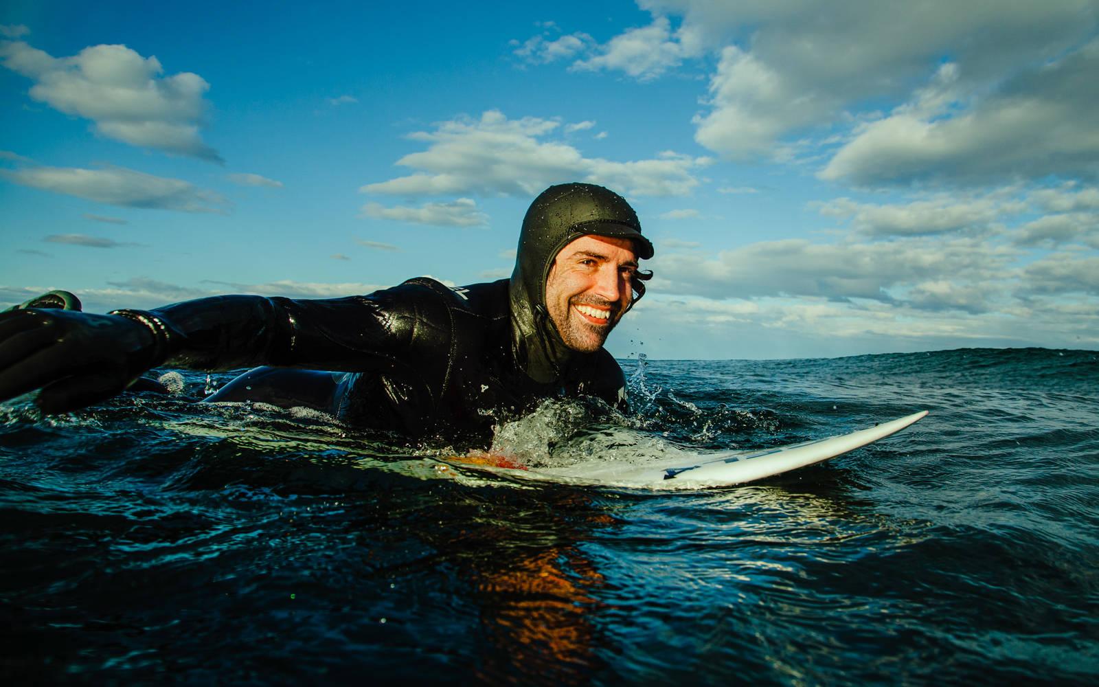 I perioder der surfekspert Seamus Fox ikke kommer seg i vannet, vil også han miste styrke og moment. Å trene padling på flatt vann er kanskje ikke så kult, men likefullt svært effektivt for din neste surftur. Bilde: Christian Nerdrum